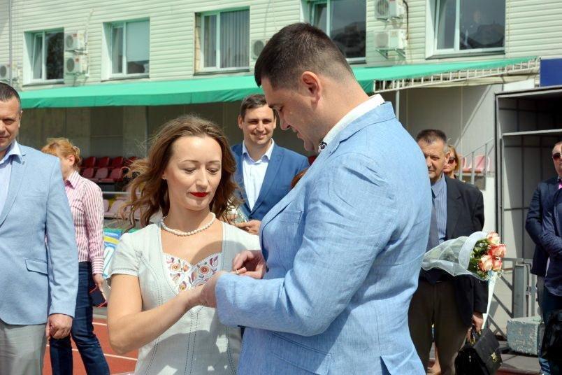 Черкащани Андрій Більда та Марина Волошенко одружилися на біговій доріжці стадіону (ФОТО), фото-1