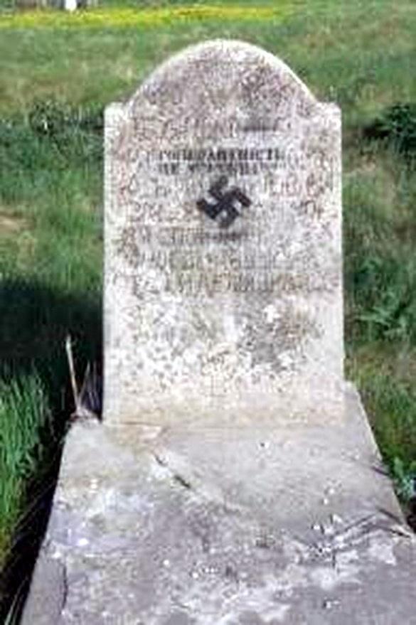 На єврейському надгробку в Черкасах вандали зобразили свастику (ФОТО), фото-1