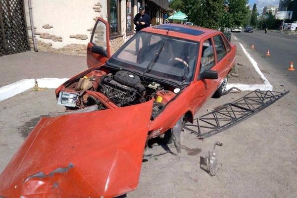 У Черкасах водій мало не заїхав автівкою до бару (ФОТО), фото-1