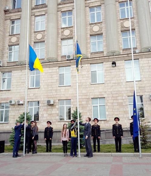 Біля будівлі Черкаської ОДА підняли прапор Євросоюзу (ФОТО), фото-1