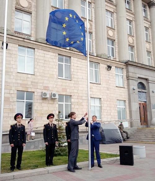 Біля будівлі Черкаської ОДА підняли прапор Євросоюзу (ФОТО), фото-2