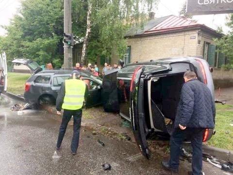 Унаслідок ДТП в Черкасах водій-порушник та його пасажир опинилися в лікарні, фото-1
