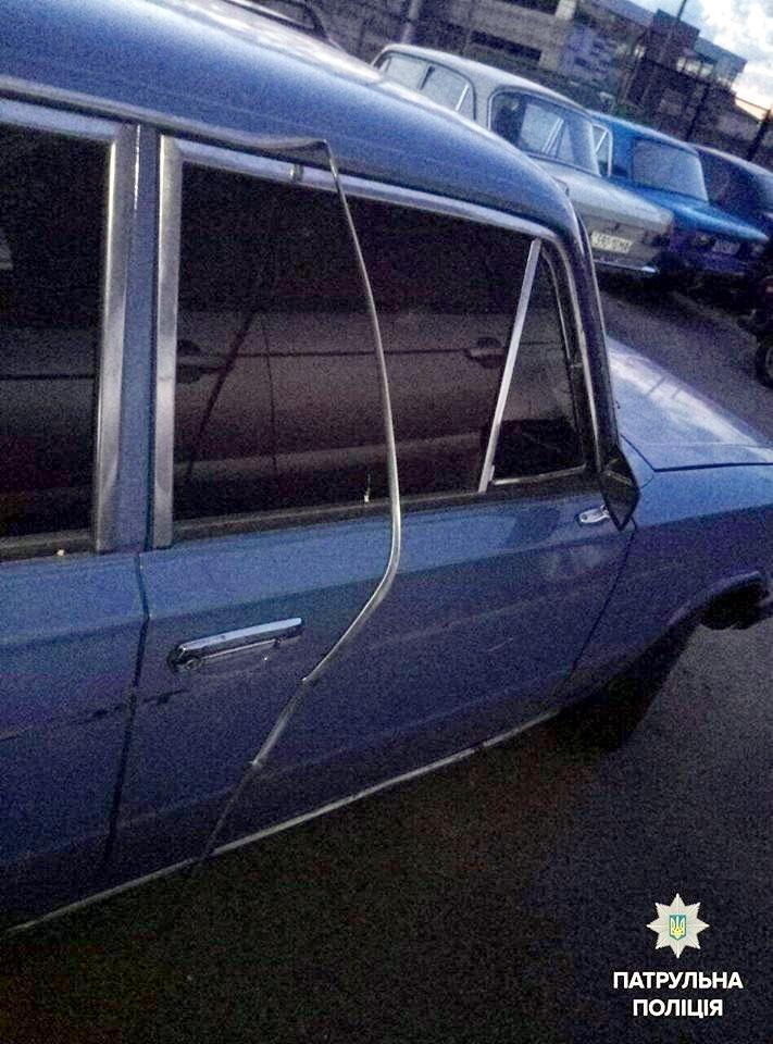 Черкаські патрульні затримали чоловіка, який уночі пошкодив авто містян (ФОТО), фото-1