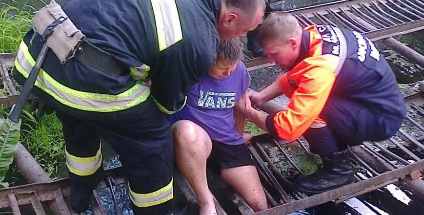 Рятувальники звільнили 12-річного хлопчика, який застряг на містку, фото-1