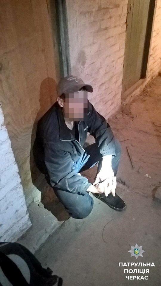 Черкаські патрульні затримали зловмисника, який крав у підвалі метал , фото-1