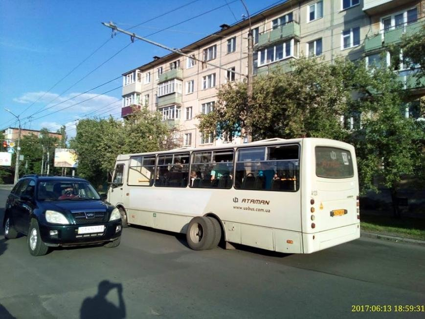 У черкаської маршрутки знову під час руху відпало колесо (ФОТО), фото-1