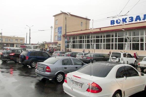 """Залізничний вокзал у Черкасах вкотре окупували """"автоолені"""" (ФОТО), фото-1"""