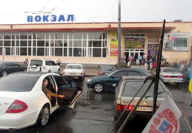 """Залізничний вокзал у Черкасах вкотре окупували """"автоолені"""" (ФОТО), фото-2"""