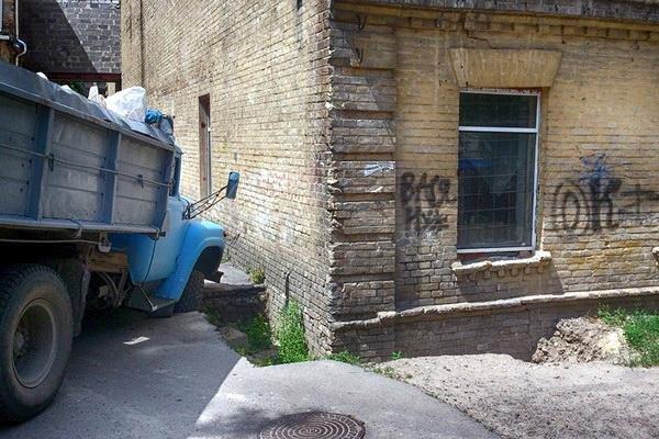 Вантажівка провалилася в яму поблизу музичної школи (ФОТО), фото-1