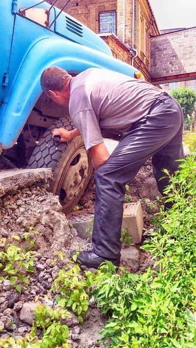 Вантажівка провалилася в яму поблизу музичної школи (ФОТО), фото-3