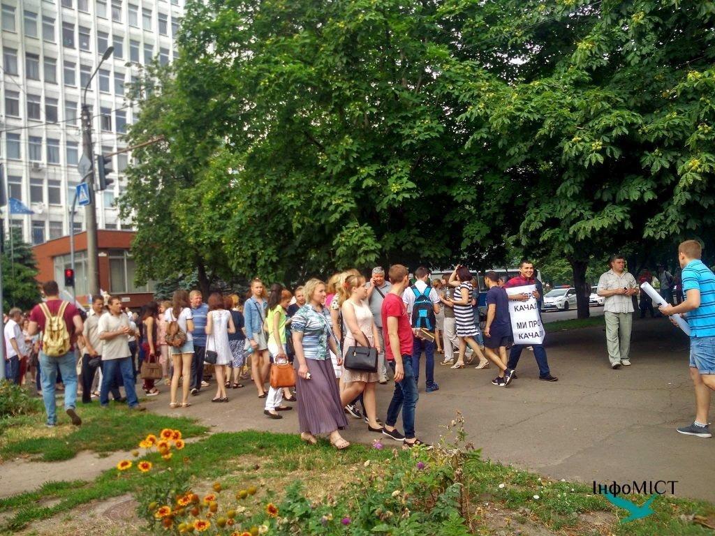 Студенти та викладачі ЧДТУ блокують рух бульваром Шевченка (ФОТО), фото-1