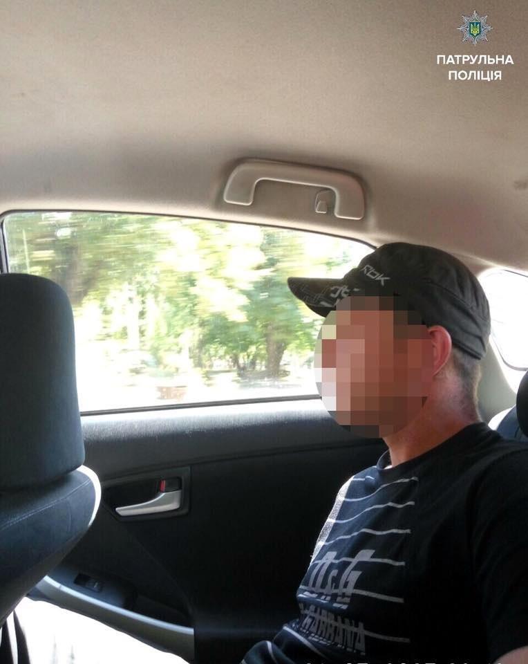 Патрульні Черкас затримали чоловіка, який скоїв напад на дівчину з застосуванням зброї, фото-2