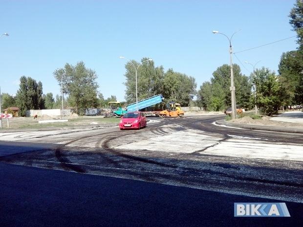 Підрядник пояснив, коли і чому на новій дорозі у Черкасах асфальт можна відколупати пальцем (ФОТО), фото-2