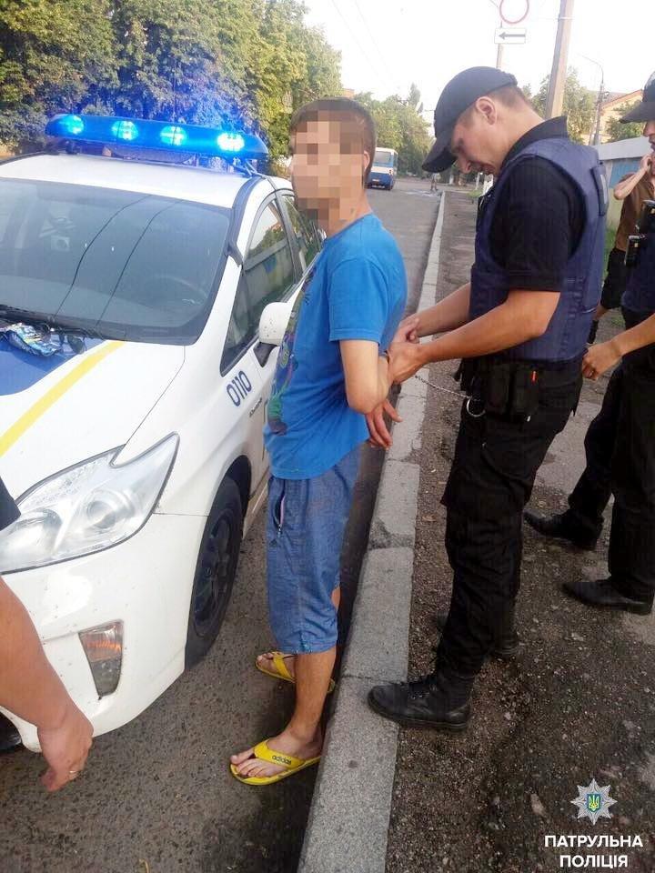 Патрульні Черкас по гарячих слідах затримали чоловіка, який обікрав перехожу (ФОТО), фото-1