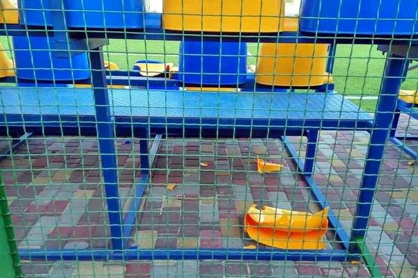 Біля 32-ї школи пошкодили ще не відкритий спортмайданчик, фото-1
