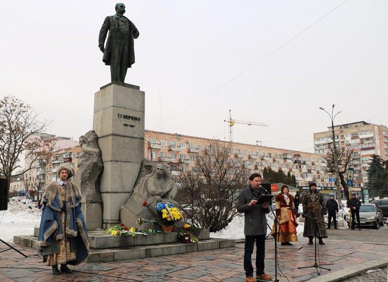 Просто неба: в центрі Черкас читали вірші Тараса Шевченка, фото-1