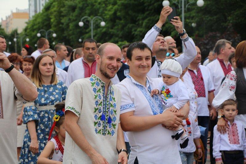 Флешмоб, хода та мітинг — як у Черкасах відзначили День вишиванки, фото-1