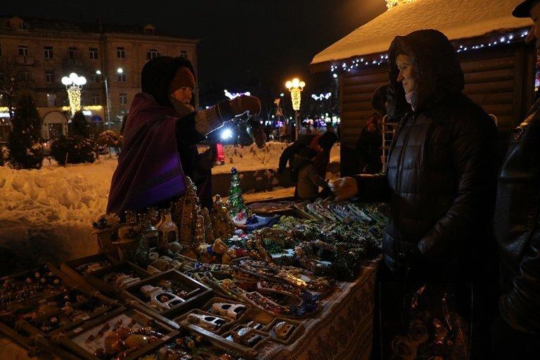Ярмарок, фотозони, парад агротехніки: у Черкасах засяяла головна новорічна ялинка, фото-4