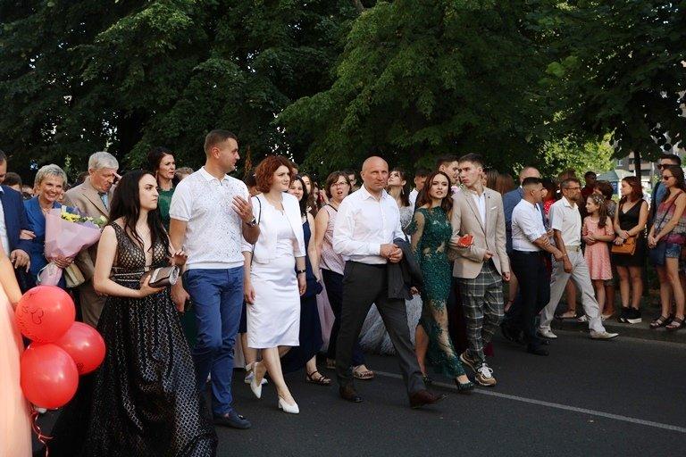 Школа, прощавай: черкаські випускники пройшли святковою ходою, фото-3