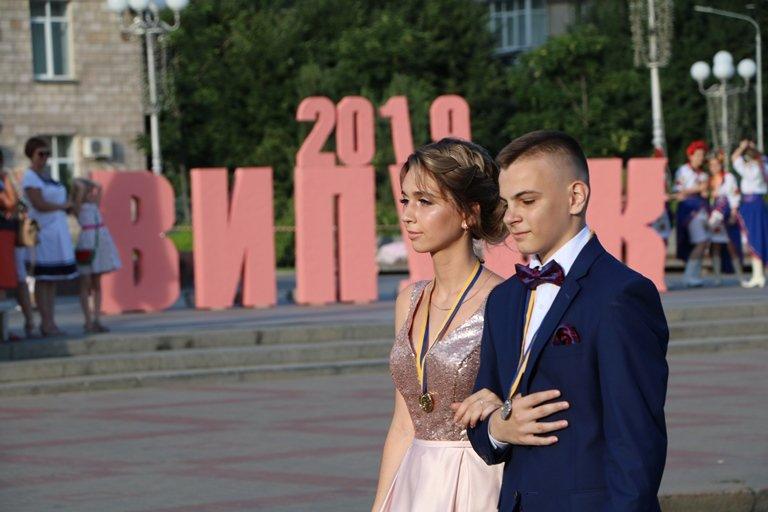 Школа, прощавай: черкаські випускники пройшли святковою ходою, фото-1