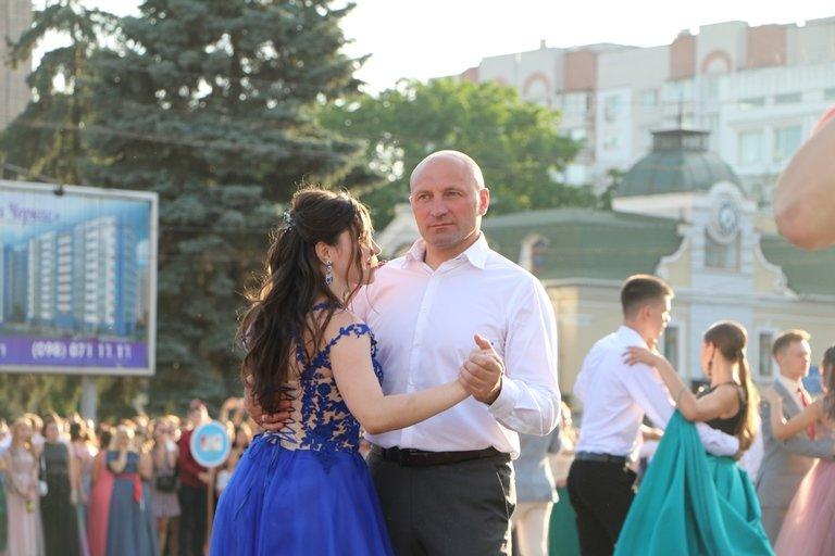 Школа, прощавай: черкаські випускники пройшли святковою ходою, фото-5