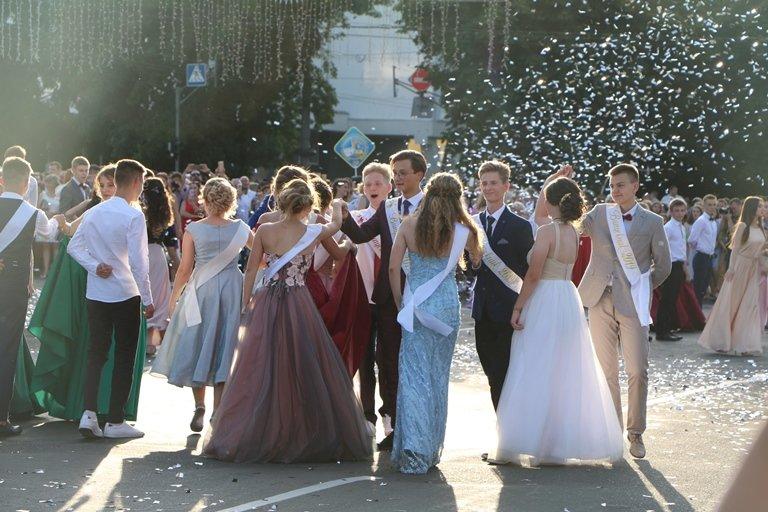 Школа, прощавай: черкаські випускники пройшли святковою ходою, фото-6