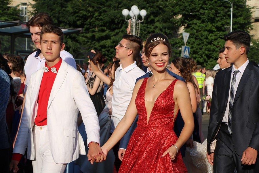 Школа, прощавай: черкаські випускники пройшли святковою ходою, фото-2